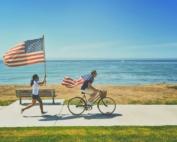 Studenter springer med den amerikanska flaggan